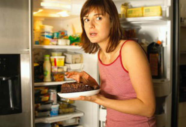 Ученые назвали причину ночного переедания