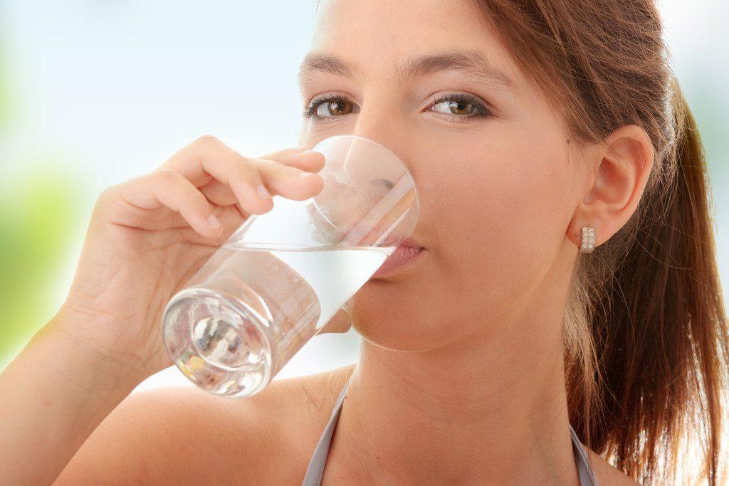 Почему нужно пить теплую воду на пустой желудок каждое утро