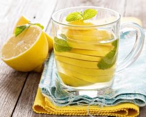 Вода с лимоном – эффективное средство от недугов ЖКТ