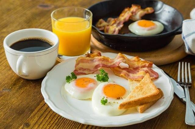 Медики рассказали, почему нельзя плотно завтракать