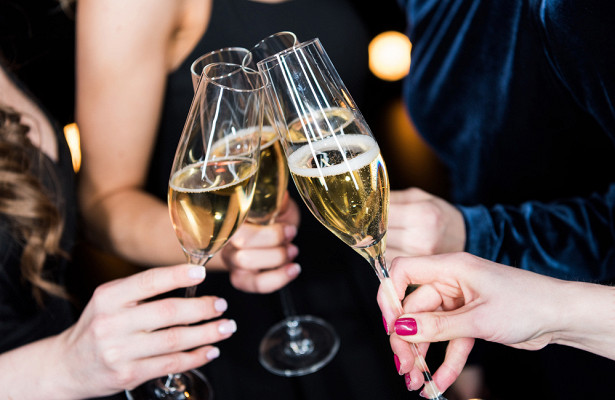 Врачи не советуют пить шампанское с пеплом бумаги