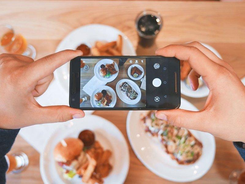 Сильная увлеченность смартфоном повышает риск ожирения