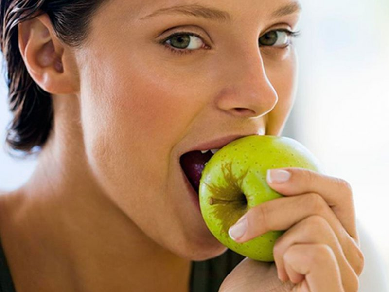 Ежедневное яблоко повышает уровень полезных бактерий в кишечнике