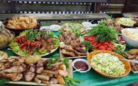 Врачи рассказали, какие продукты опасно брать с собой на пикник
