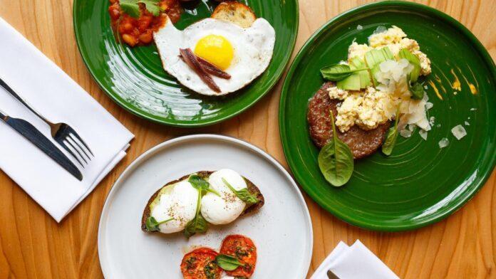 Медики рассказали, кому не следует пропускать завтрак