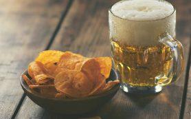 Диетолог рассказала о лучших и худших закусках к пиву