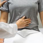 Проктолог объяснила, чего не хватает в организме при частой боли в животе