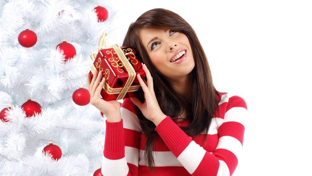 Какие украшения подарить девушке к Новому году