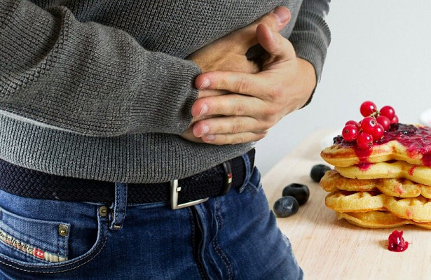 Врачи объяснили, что нельзя есть при боли в желудке