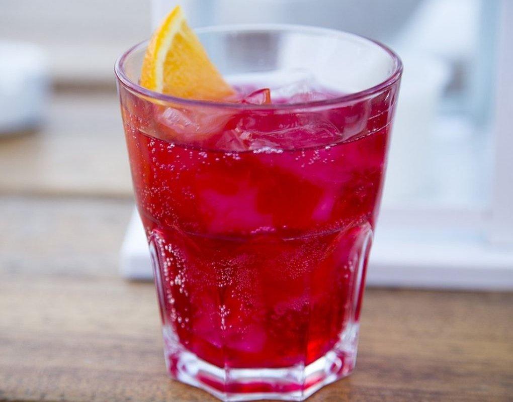 Газировка и некоторые напитки усиливают подверженность раку кишечника: мнение врача